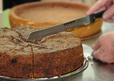 kachelofa-hoffest-kuchen-aufschneiden