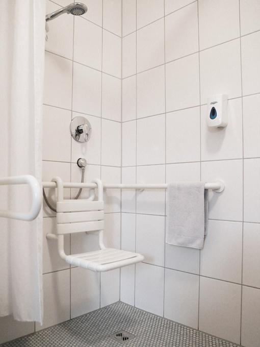 Behindertengerechtes Badezimmer der Pension Kachelofa