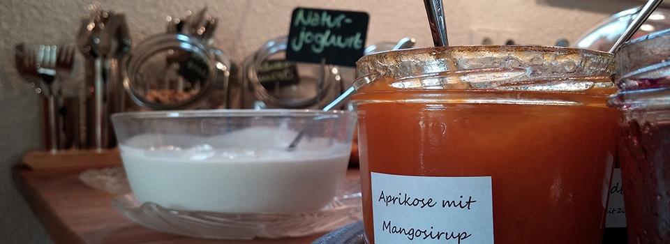 Selbsgemachte Marmelade am Frühstücksbuffet