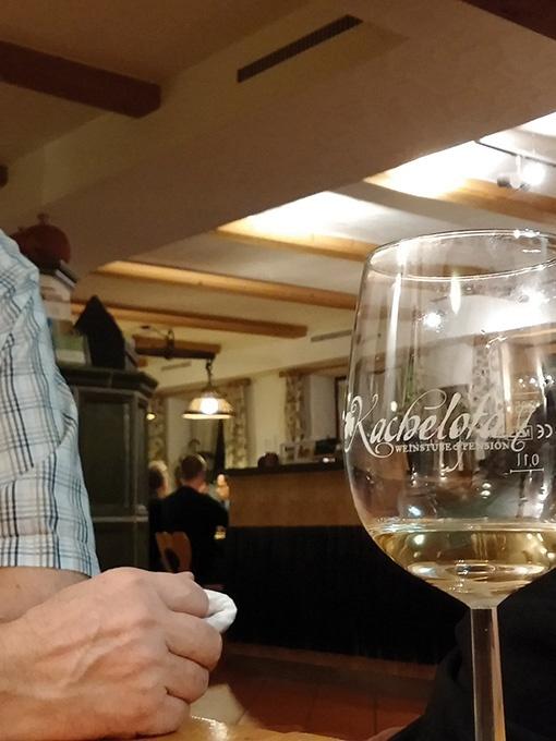 Blick aus dem Nebenzimmer der Weinstube Kachelofa Richtung Theke