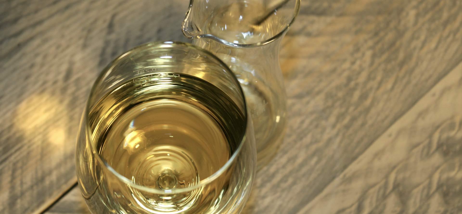 Riesling im Weinglas mit Karaffe